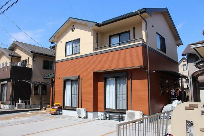 屋根:スレートグリーン 外壁(上段)ミッドビスケット (下段)テラコッタ