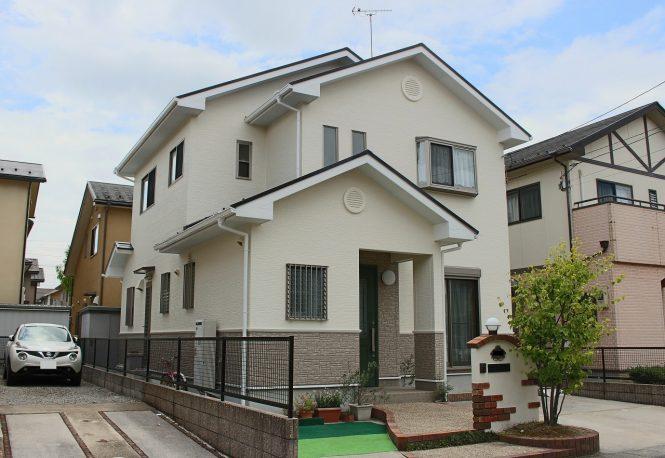 屋根:キャビアブラウン 外壁:(上段)ブロークンホワイト (下段)ベイジュ&メリーノ