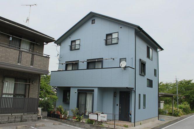 屋根:キャビアブラック 外壁:ブルーグレイ