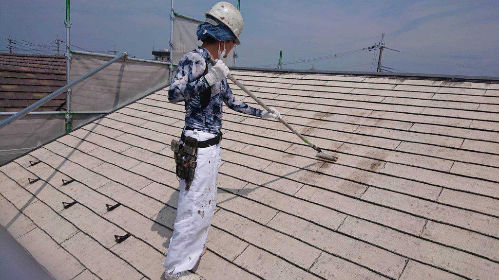 長浜市内アパートの屋根の下塗り作業中