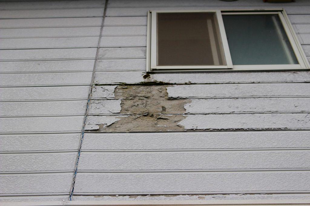 長浜市内アパートのボロボロに損傷した外壁のサイディングを張り替える前