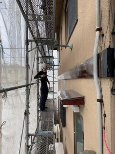 米原市内の住宅の外壁の高圧洗浄中
