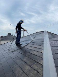 米原市内の住宅の屋根の高圧洗浄中