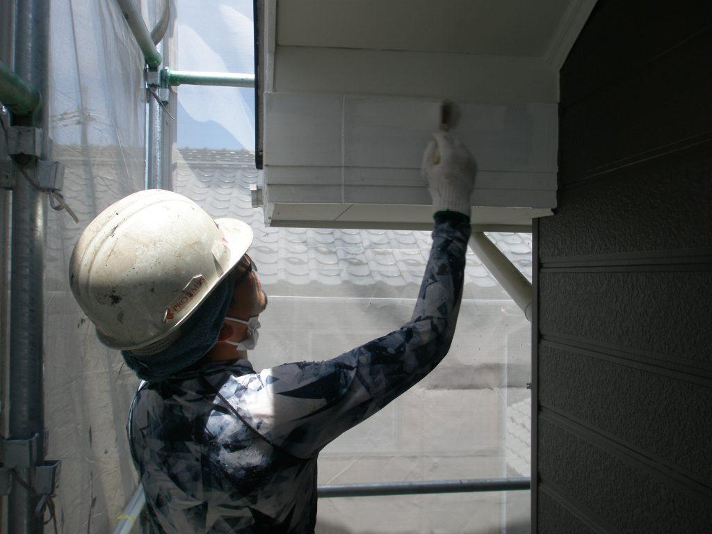 長浜市内アパートの破風の塗装作業中