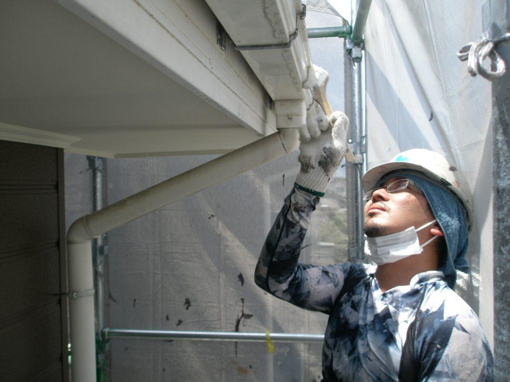 長浜市内アパートの樋の塗装作業中